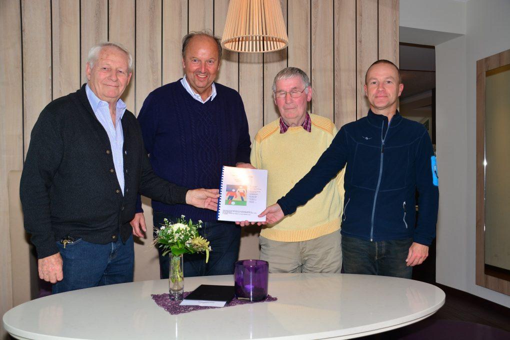 Übergabe Geschichte Laager Fußball - v.l. Rolf Kellermann, Jürgen Schülke, Ernst August Dahl, Matthias Barkowski